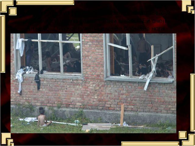 Через окно из спортзала перелезла маленькая девочка и упала возле стены школы...