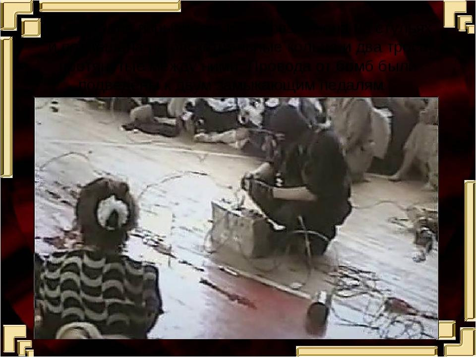 В спортзале взрывчатка была разложена на стульях и подвешена на баскетбольные...