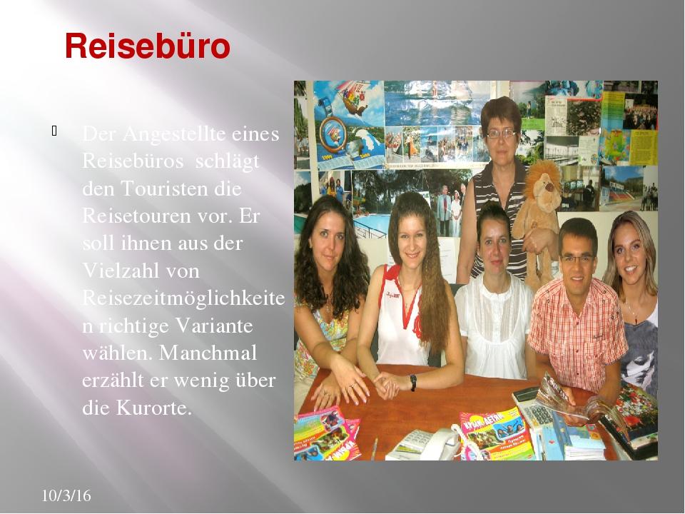 Reisebüro Der Angestellte eines Reisebüros schlägt den Touristen die Reisetou...