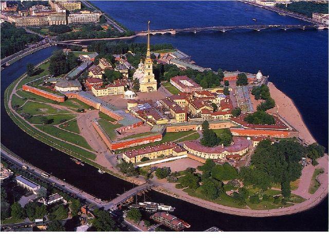 В Санкт-Петербурге есть Петропавловская крепость, шпиль которой виден из разн...