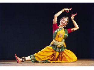 В индийском танце всегда солирует женщина. Она, как сказочный цветок, прекрас