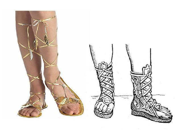 Поскольку в Греции теплый климат, на ногах греки носили легкие сандалии.