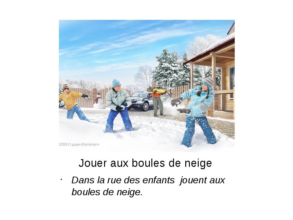 Jouer aux boules de neige Dans la rue des enfants jouent aux boules de neige.